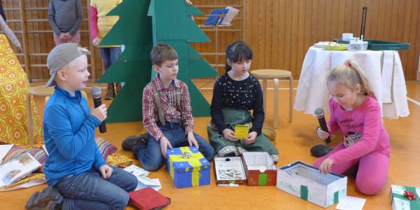 Kinder vor dem Christbaum
