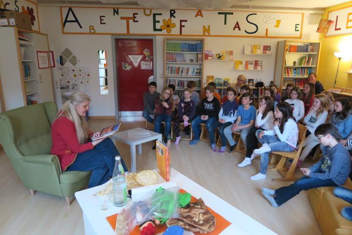 Frau Freisen liest