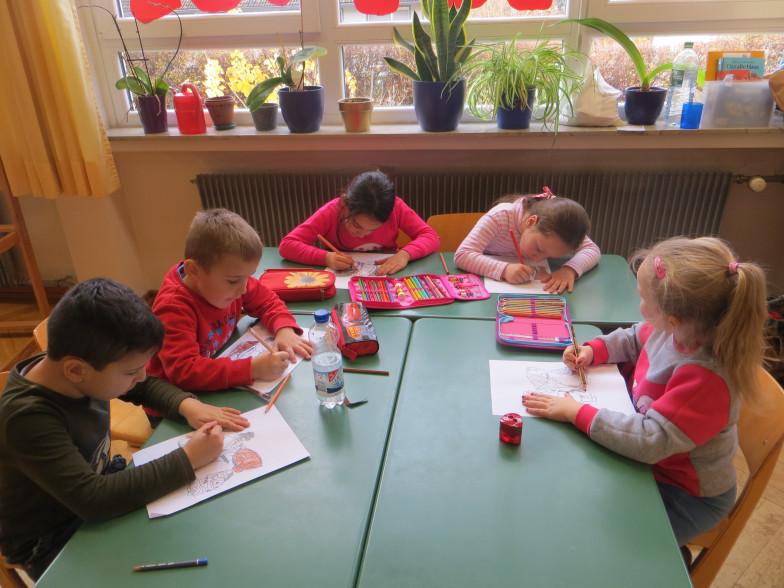 Fleißige Kinder in der Vorbereitungsklasse